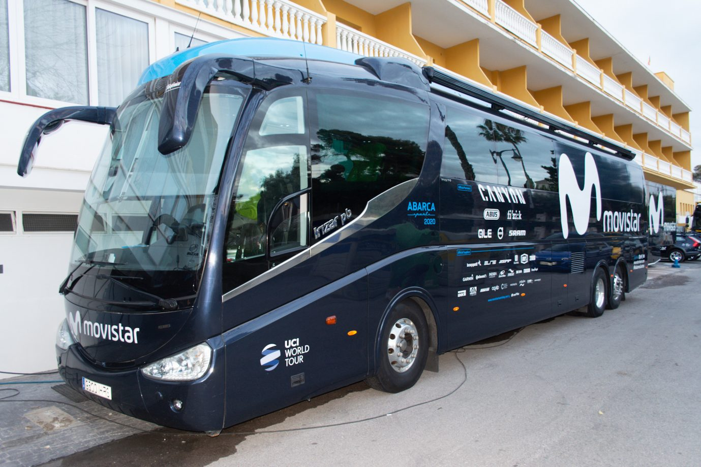 Imagen de la noticia 'A quick look to the 2020 Movistar Team bus'